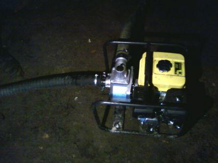 Мотопомпа которую использовали для откачки разжиженного песка со дна колодца