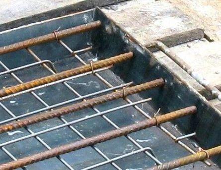 Укладка арматуры в опалубку
