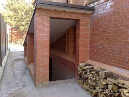 """Вход в подвал. Планировка прилегающего грунта с уклоном """"от"""" лестницы."""