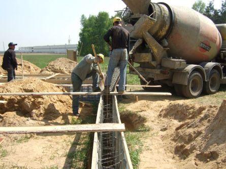 Укладка бетонной смеси в опалубку ленточного фундамента
