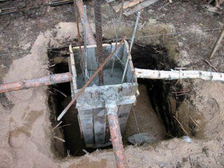 Подача бетона в опалубку столба