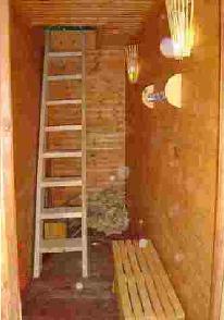 Стены обшитые изнутри деревянной вагонкой