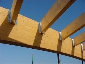 Монтаж балки при помощи перфорированных стальных кронштейнов.