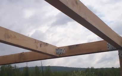 Монтаж балки при помощи стальных уголков.