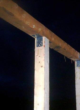 Фото. Крепление бруса верхней обвязки уголками.