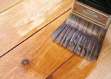Фото. Покрытие деревянного пола лаком.