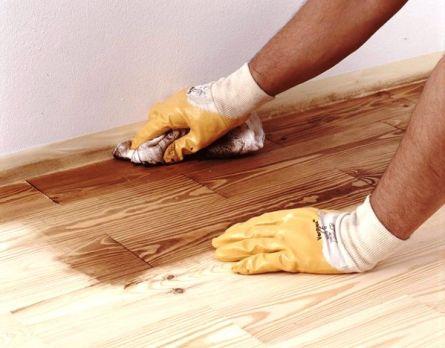 Фото. Покрытие деревянного пола воском.