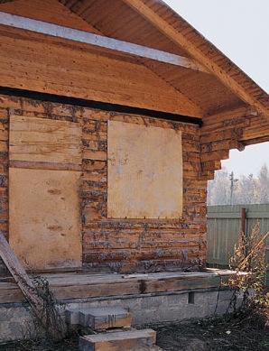 Окна и двери забитые фанерой