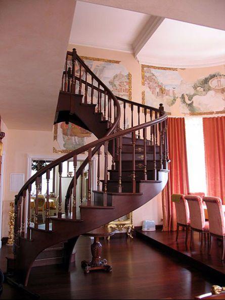 Изогнутая маршевая лестница