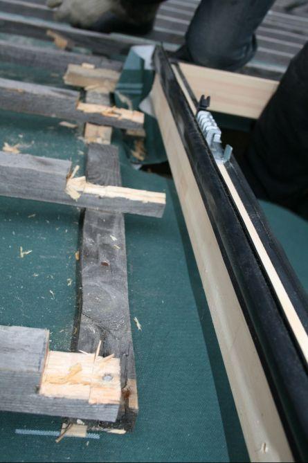 уменьшение толщины обрешетки на 20-25 мм в месте установки оклада