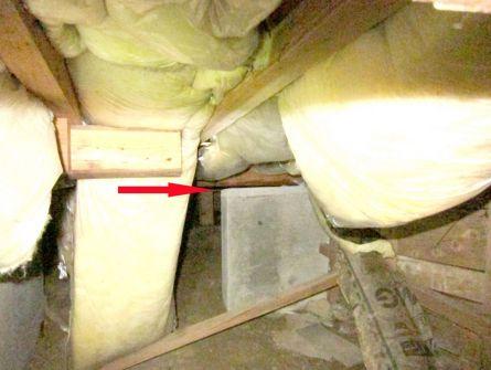фундамент осел на 2-3см, видна щель между брусом и бетоном