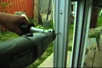 Сверление отверстий для крепления окна