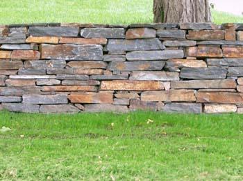 Примеры стенок из природного камня.