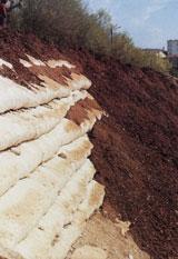 Подпорная стенка из грунта армированного геотекстилем.