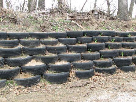 Примеры подпорных стен из шин.
