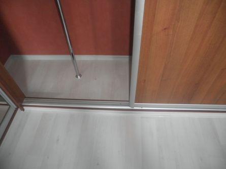 Пример примыкания ламината к шкафу-купе