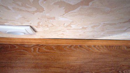 Фото. Щель между деревянным плинтусом и не ровной стеной.