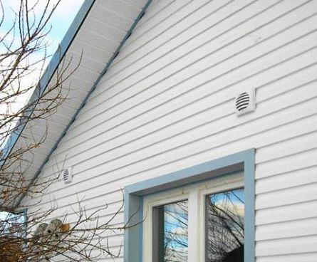 Дом с установленным стеновым приточным клапаном
